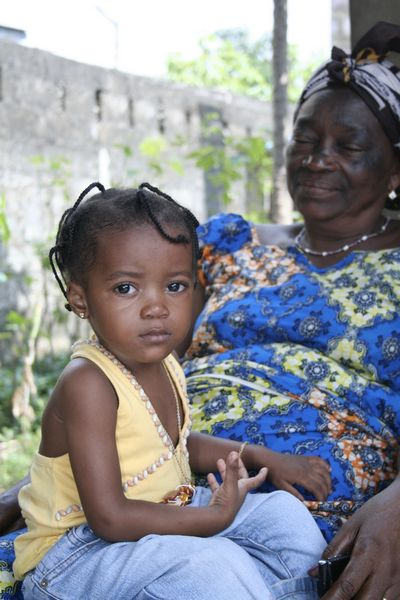 Baby girl sitting on the lap of her grandmother - CNS Vitamine - Kinshasa - RDC