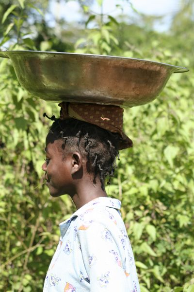 Congo (Dem. Rep.) - girl carrying a pan on her head