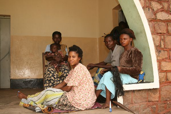 Congo (RDC) - Women waiting at a maternity