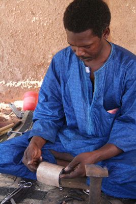 Artisan working on a silver bracelet - Niamey (Niger)